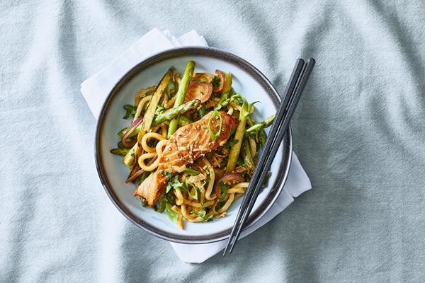 Geroerbakte groene asperges met zalmfilet, noedels en hoisinsaus
