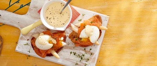 asperges op toast met zalm en ei