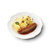 Culivers (7) rundersaucijs met jus, zomerse zuurkool met ananas en rozijn en gekookte aardappelen